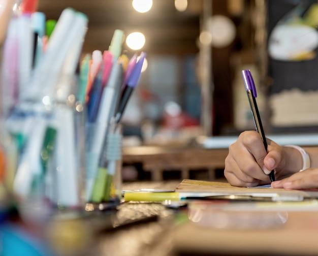 Dzieci uczą się kolorowania i malowania w klasie. edukacja i twórcza sztuka dla dziecka.