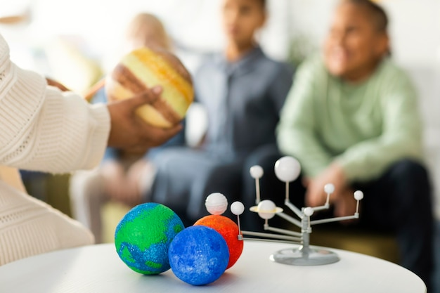 Dzieci uczą się o wszechświecie