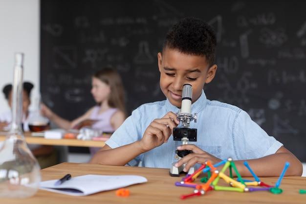 Dzieci uczą się więcej o chemii w klasie