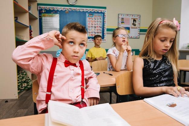 Dzieci uczące się w klasie studiującej