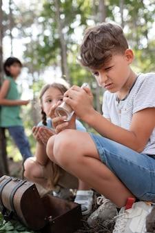 Dzieci uczestniczące razem jako drużyna w poszukiwaniu skarbów