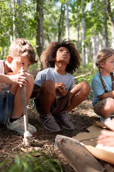Dzieci uczestniczące razem w poszukiwaniu skarbów