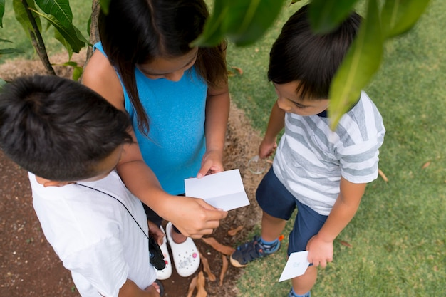 Dzieci uczestniczące w poszukiwaniu skarbów na zewnątrz