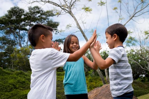 Dzieci Uczestniczące W Poszukiwaniu Skarbów Na Zewnątrz Darmowe Zdjęcia