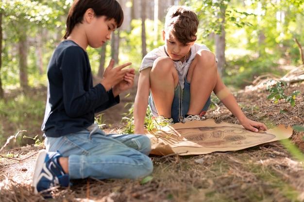 Dzieci uczestniczące w poszukiwaniu skarbów
