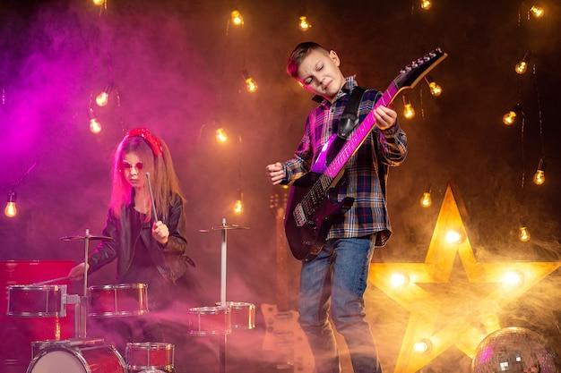 Dzieci udające zespół rockowy