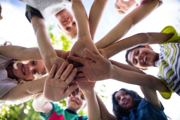Dzieci układają razem ręce