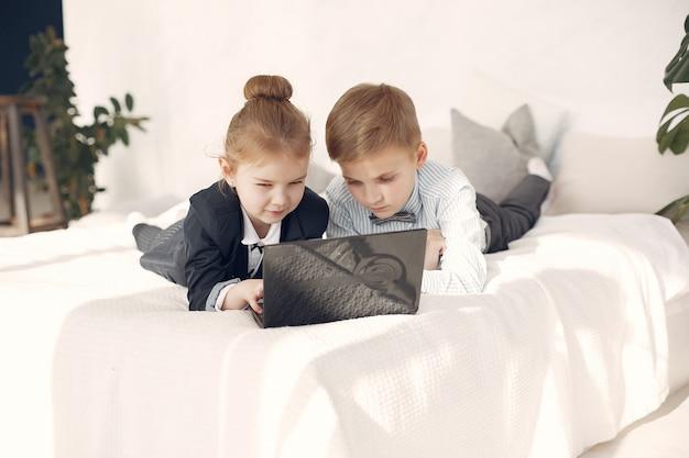 Dzieci w biurze z laptopem