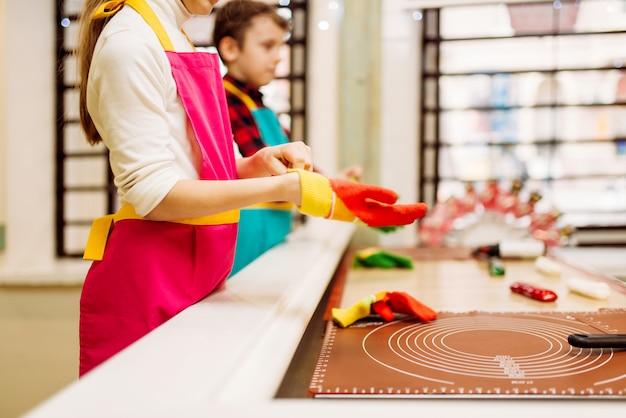 Dzieci w cukierni uczą się robić karmel
