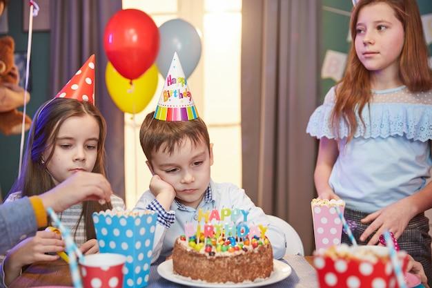 Dzieci w czapkach z okazji urodzin
