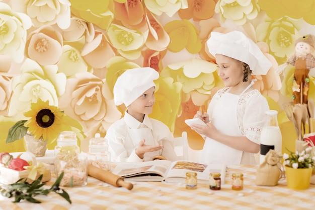 Dzieci w formie szefa kuchni przygotowują pyszne