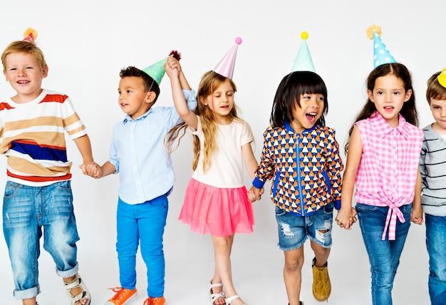 Dzieci w grupie pozuje do sesji zdjęciowej