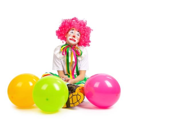 Dzieci w kolorowych strojach klauna na białym tle