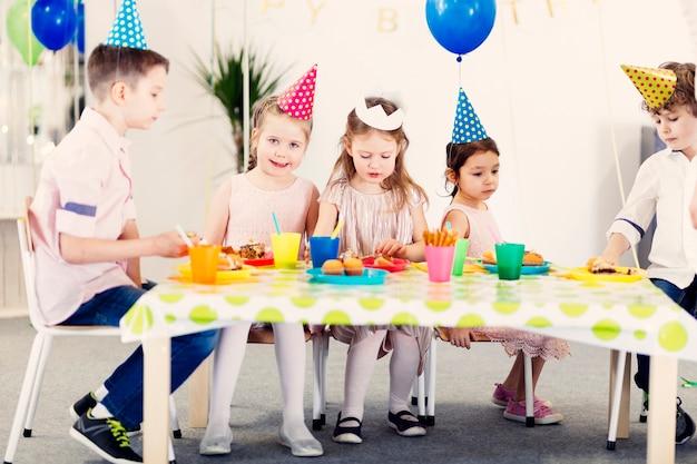Dzieci w kolorowych zabawnych czapkach