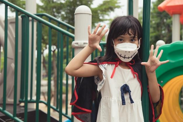 Dzieci w kostiumach idą oszukać lub posmakować