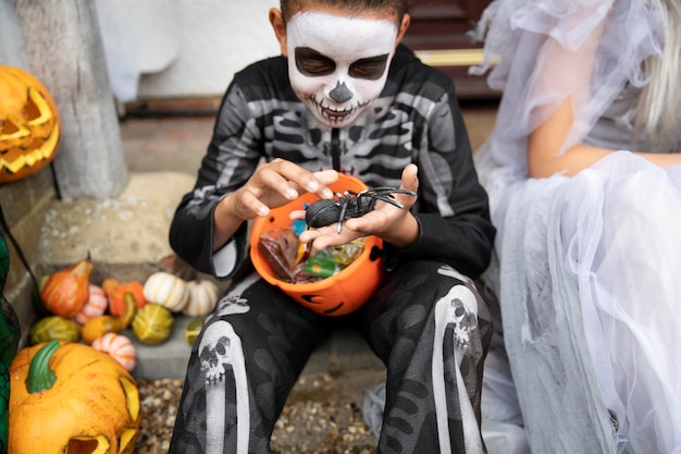 Dzieci w kostiumach jedzące swoje cukierki