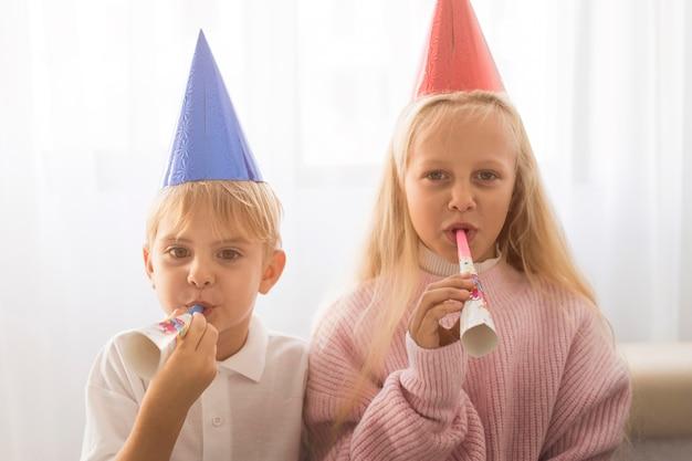 Dzieci w kwarantannie obchodzące urodziny w domu
