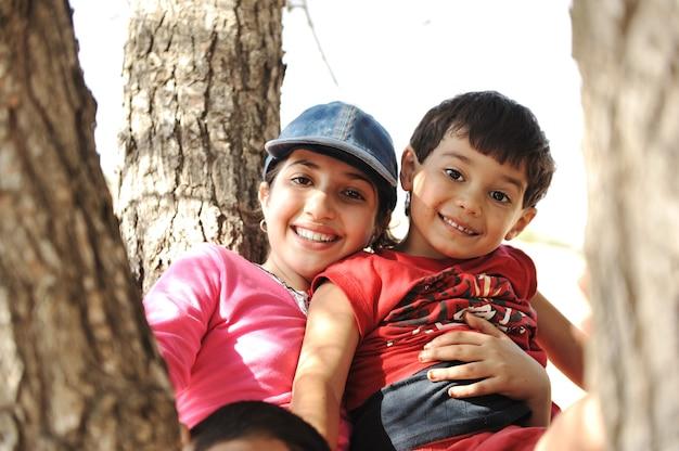 Dzieci w obozie harcerskim bawiące się na drzewie