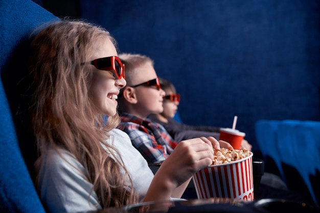 Dzieci w okularach 3d ogląda zabawny film w kinie