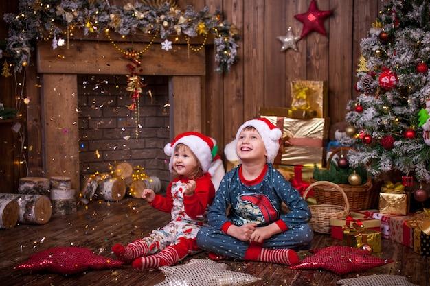 Dzieci w piżamie podziwiające złotą serpentynę