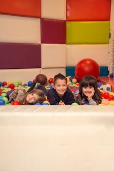 Dzieci w pokoju zabaw