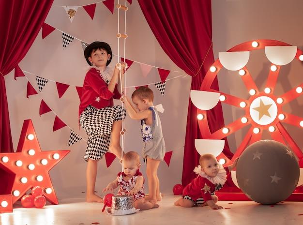 Dzieci W Stroju Cyrkowym Na Scenie Cyrkowej Premium Zdjęcia
