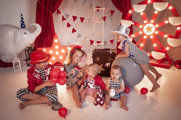 Dzieci w stroju cyrkowym na scenie cyrkowej