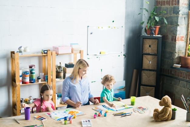 Dzieci w szkole artystycznej