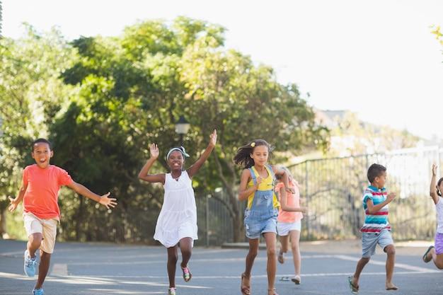 Dzieci w szkole biegające w kampusie