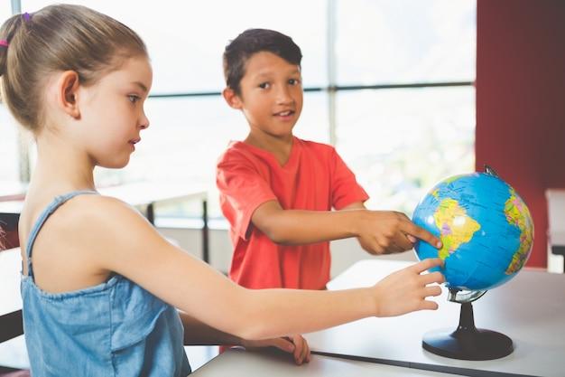Dzieci w szkole patrząc na świecie w klasie