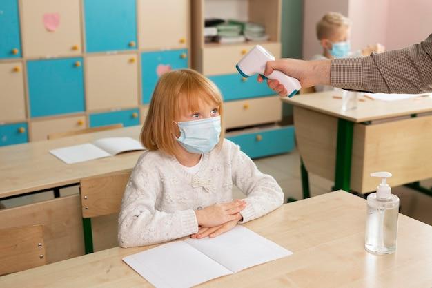 Dzieci w szkole podczas koncepcji covid