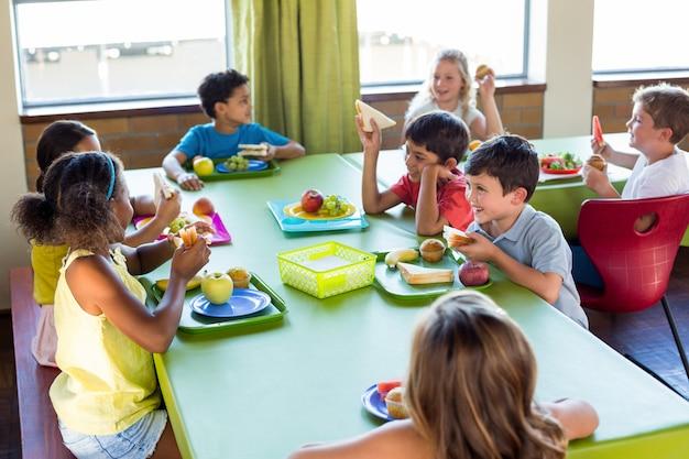 Dzieci w wieku szkolnym jedzą posiłek