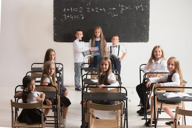 Dzieci w wieku szkolnym w klasie na lekcji.