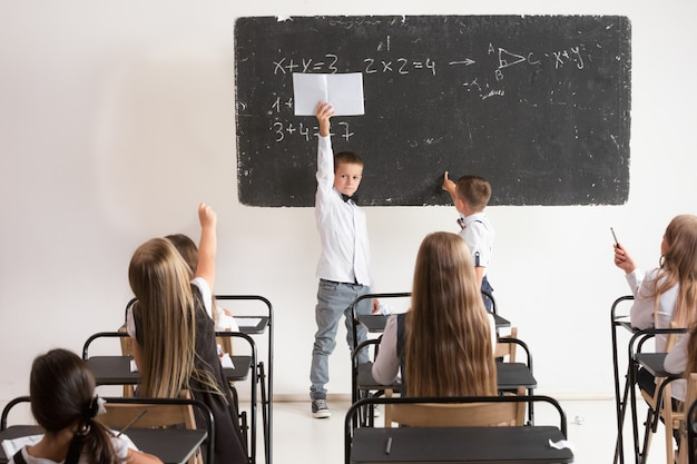 Dzieci w wieku szkolnym w klasie na lekcji
