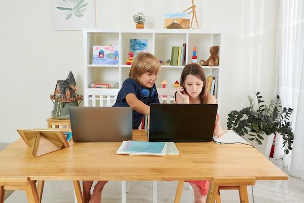 Dzieci w wieku szkolnym z laptopami