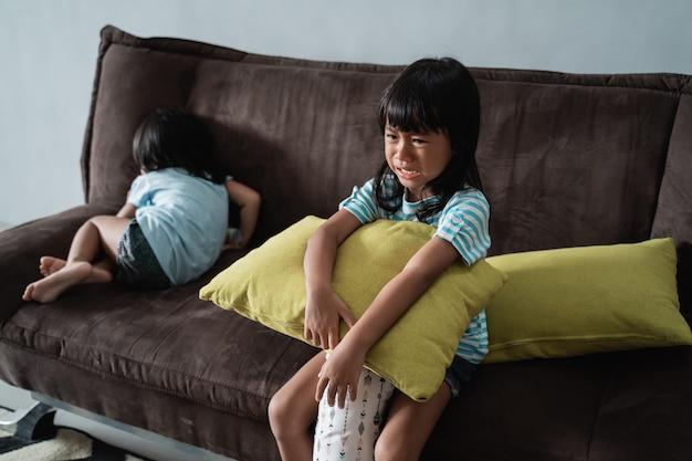 Dzieci walczą i płaczą w domu
