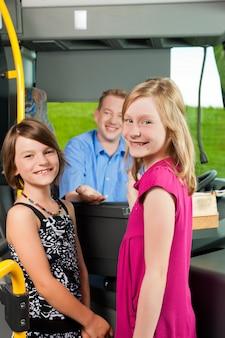 Dzieci wsiadające do autobusu