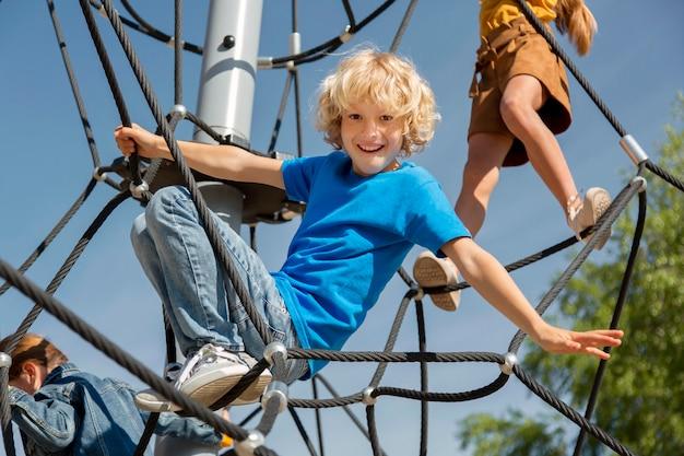 Dzieci wspinają się po linie razem z bliska
