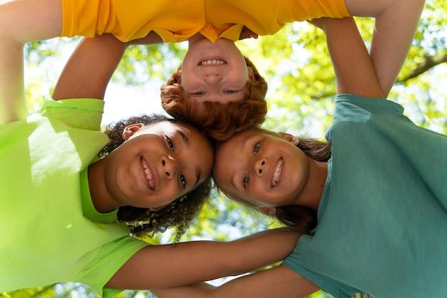 Dzieci wspólnie odkrywają przyrodę