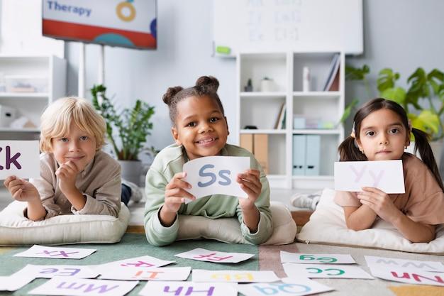 Dzieci wspólnie uczą się mówić w terapii