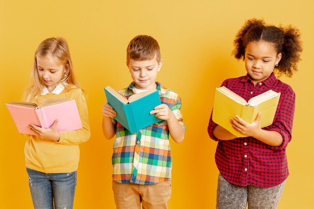 Dzieci z dużym kątem skoncentrowane na czytaniu