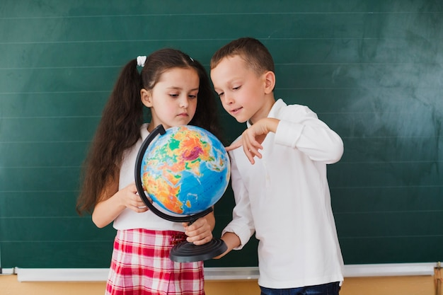 Dzieci z globu w klasie