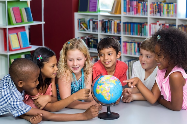 Dzieci z globusem na stole