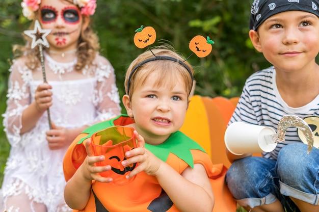 Dzieci z kostiumami na halloween w parku