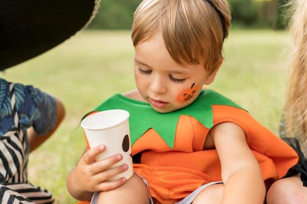 Dzieci z kostiumem na halloween
