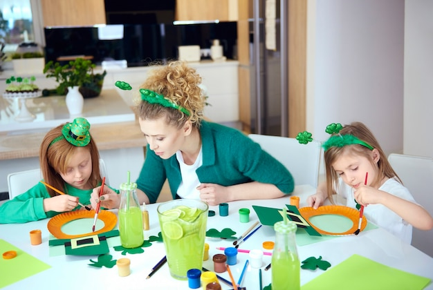 Dzieci z matką robią dekoracje