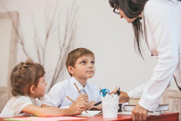 Dzieci z nauczycielem w szkole