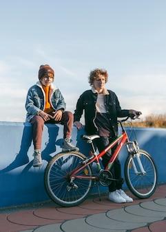 Dzieci z rowerami na zewnątrz