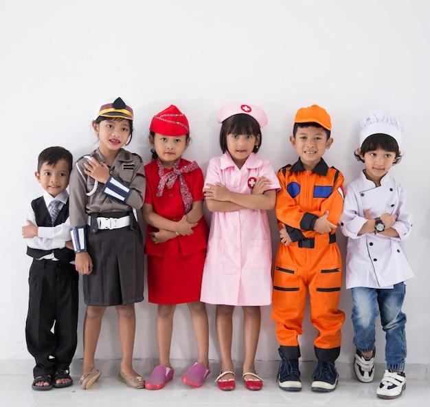 Dzieci z różnorodnym mundurem wielu zawodów