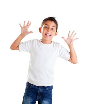 Dzieci z zabawnym wyrazem gest otwartej dłoni palce na białym